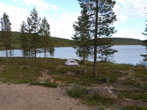 Kotisivujen tekijä Kati Palm telttailee Suomen Lapissa.