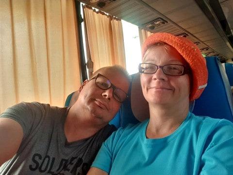 WordPress osaaja ottaa rennosti bussimatkalla Laosissa.